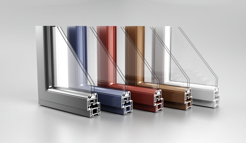 Diverse kleuren kozijnen met gehard glas