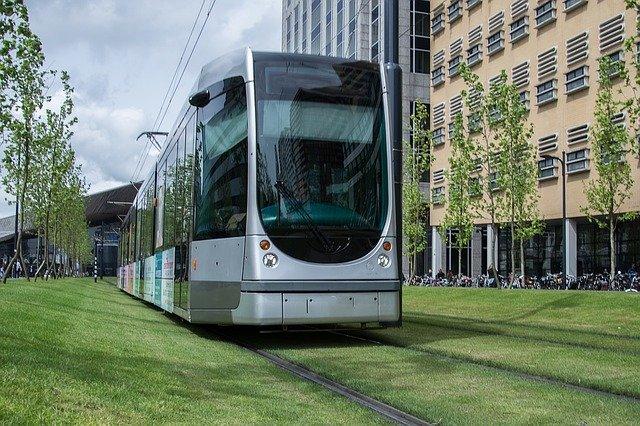 Geluidswerend glas tegen geluid van een tram